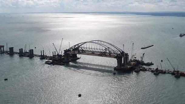Одна из опор Крымского моста треснула
