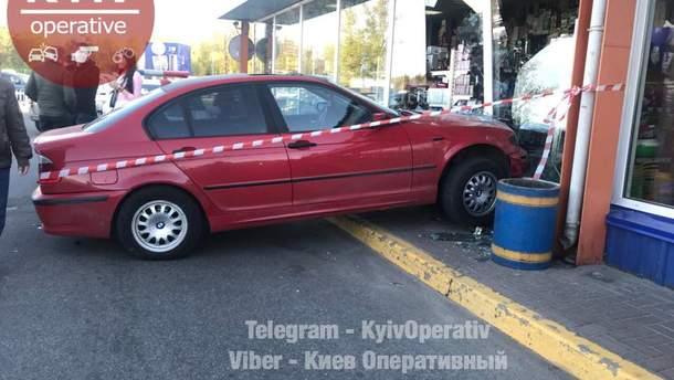 """""""Запав каблук"""": у Києві на парковці дівчина протаранила чотири автівки та врізалась у вітрину"""