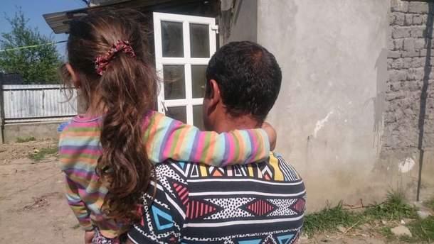 Роми стверджують, що молодики, які спалили їхній табір, мали ножі та кидали каміння