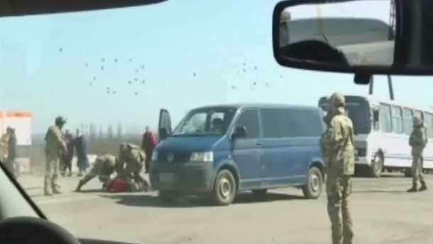 Скрін з відео затримання бойовика