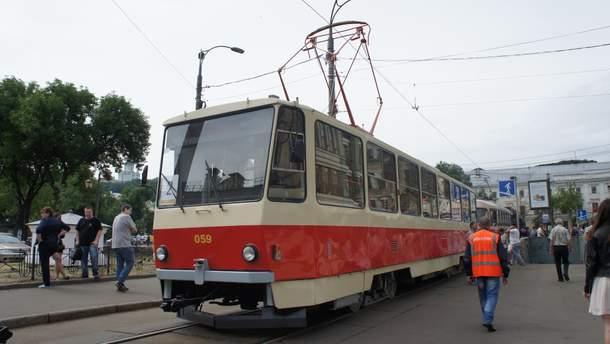 У Києві в трамваї тріснув гальмівний диск: постраждала жінка