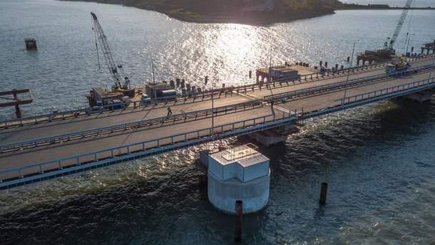 """Що окупанти зараз роблять з """"Кримським мостом"""": свіжі відео, фото"""