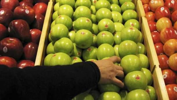 Женщину оштрафовали на 500 долларов за упакованное яблоко