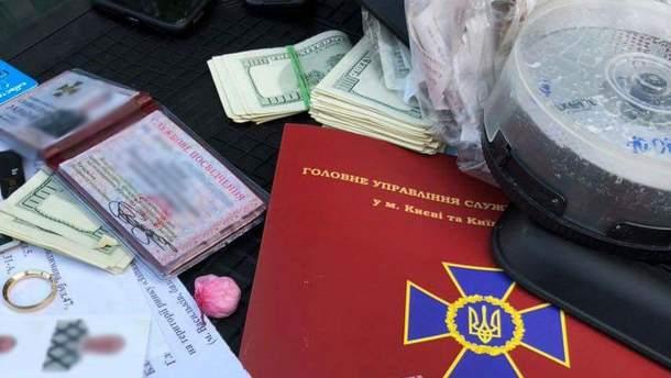 У Києві працівника СБУ впіймали на кругленькому хабарі: з'явились фото