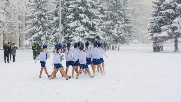 В России школьники репетировали парад Победы в летней одежде по снегу
