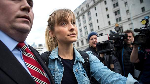 Эллисон Мэк вышла из зала суда