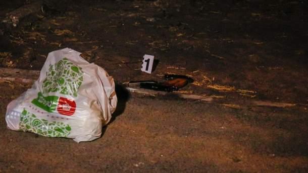 У Києві у чоловіка зловмисник украв пакет з продуктами та, тікаючи, кілька разів вистрілив у нього