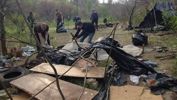 Активисты С14 завершили уборку мусора после разгона лагеря ромов в Киеве