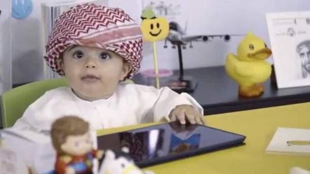 Аеропорт Дубай взяв на роботу 8-місячного малюка (відео)