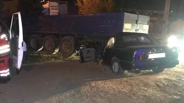 В Киеве машина залетела под фуру