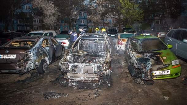 В Днепре на парковке загорелся автомобиль с людьми