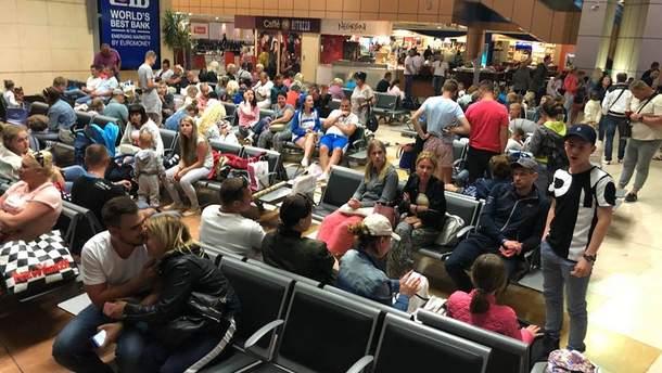 Близько 200 українських туристів вже понад добу не можуть вилетіти з Єгипту