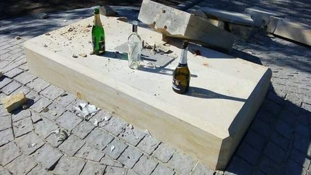В Запорожье вандалы разбили памятник украинским героям