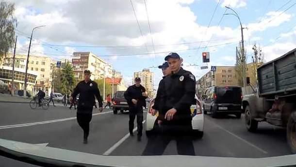Полицейские с кулаками набросились на водителя в Виннице: видео