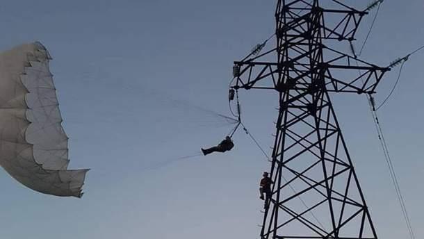 В Коломые парашютист зацепился за электроопору: видео с места происшествия