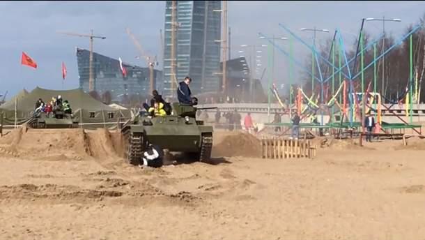 В России на фестивале танк наехал на людей – кадр из видео