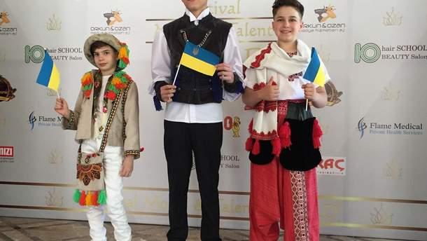 Марк Бобик (у центрі) став переможцем дитячого модельного конкурсу у Туреччині