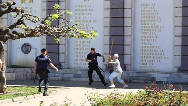 1 мая в Одессе 2018: пророссийская активистка напала на проукраинского активиста