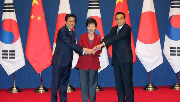 Премьер Японии 9мая примет лидеров Китая иЮжной Кореи