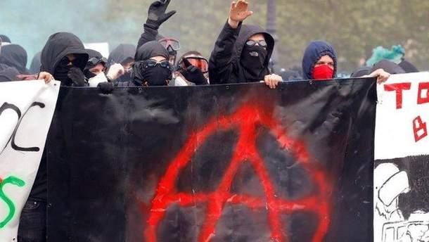 В Париже полиция применила водометы и перечный газ против демонстрантов-анархистов