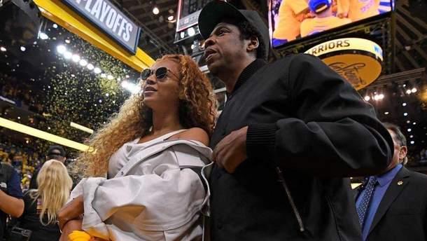Бейонсе і Jay-Z на баскетбольному матчі