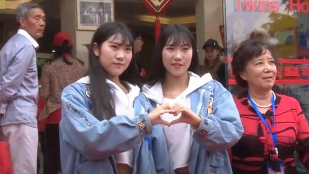 У Китаї зібралася рекордна кількість близнюків на фестиваль