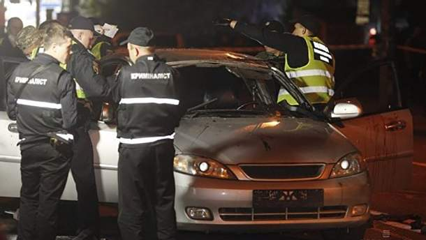 Місце вибуху авто на Позняках у Києві, внаслідок чого загинув журналіст Віталій Кукса