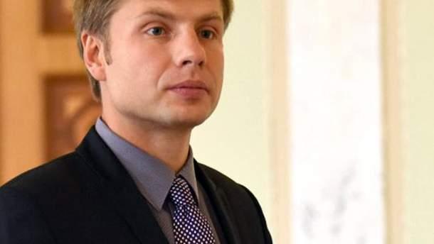 Нардеп Гончаренко дарує виборцям пакети із свічками, шампанським та цукерками
