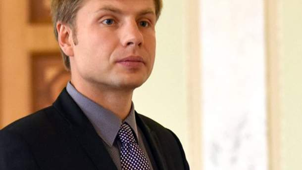 Нардеп Гончаренко дарит избирателям пакеты со свечами, шампанским и конфетами