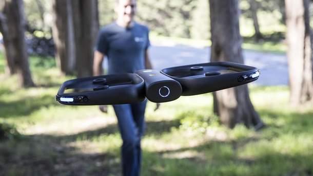 Разработчики представили дрона, который сам следует за владельцем и снимает его