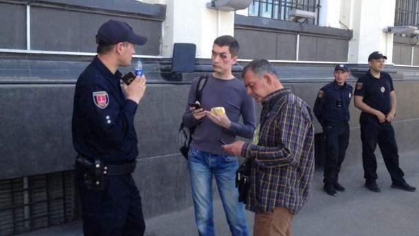В Одессе националисты избили мужчину, который нес цветы на Куликово поле