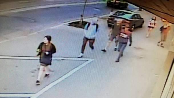 Группа парней, которая, вероятно, совершила напада на