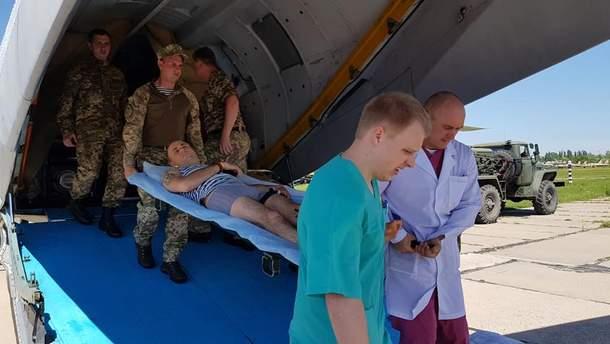 Літак з пораненими військовослужбовцями
