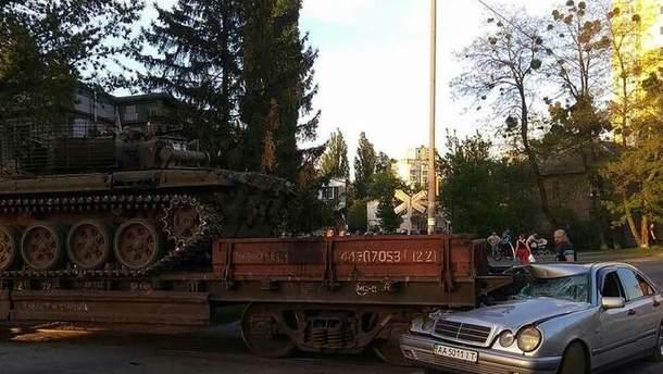 В Киеве поезд перевозил танк и столкнулся с машиной