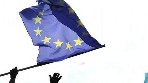 В России арестовали мужчину, который на первомайской демонстрации развернул флаг ЕС