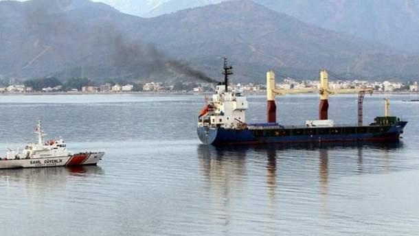 Во время операции НАТО турецкое грузовое судно протаранило греческую лодку