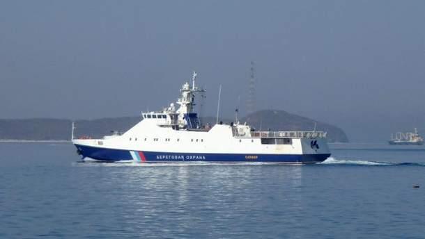 Российские пограничники на своем судне задержали в Черном море у берегов Крыма судно украинцев