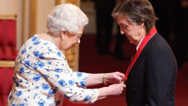 Елизавета II вручина награду Полу Маккартни