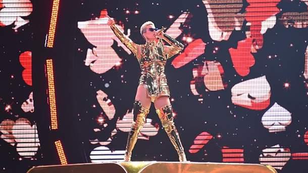 Кэти Перри примеряла необычные костюмы на концерте