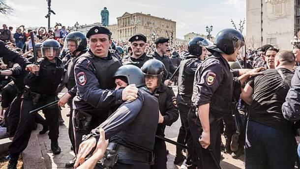 Силовики під час антипутінських акцій протесту жорстоко затримували всіх підряд