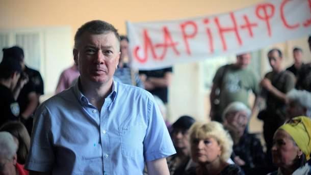 """Нардепа від """"Опозиційного блоку"""" Сергія Ларіна у Кропивницькому зустріли зеленкою та плакатом з написом """"Ларін – ФСБ"""""""