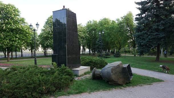 Свергнутый бюст Жукову в Харькове