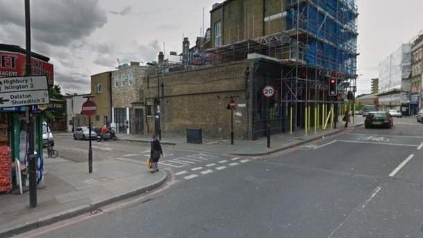 В Лондоне неизвестным веществом облили юношей