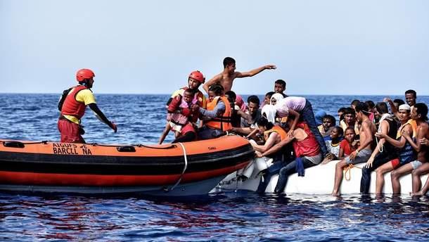Испанские cотрудники экстренных служб выловили вСредиземном море полтысячи незаконных мигрантов