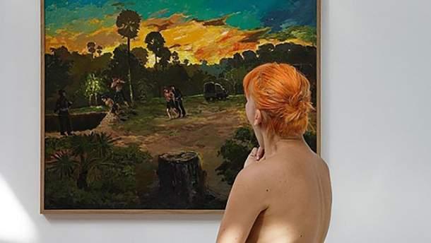 Посетительница-нудистка в музее Парижа