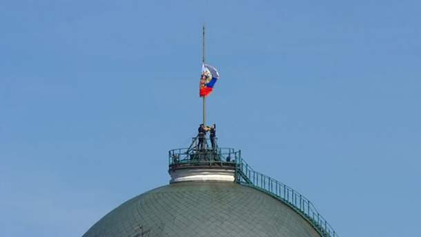 Під час інавгурації Путіна солдати не змогли вчасно підняти прапор Росії