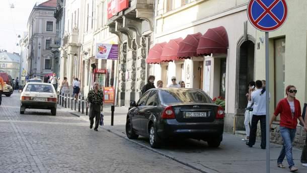 В Україні хочуть заборонити тимчасові автостоянки на тротуарах