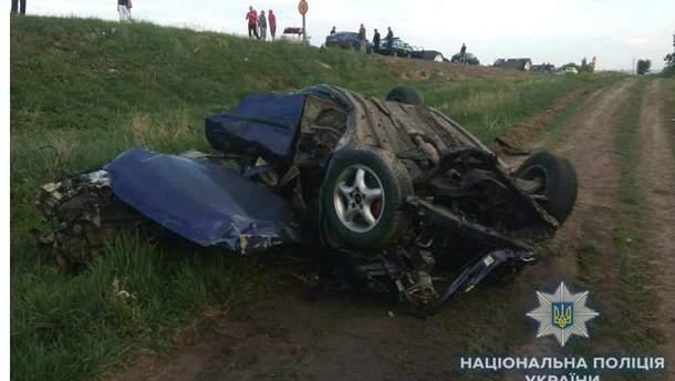 Смертельное ДТП в Ровненской области: авто врезалось в забор и опрокинулось, двое людей погибли