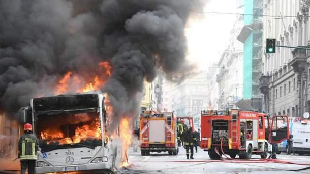 В центре Рима загорелся автобус