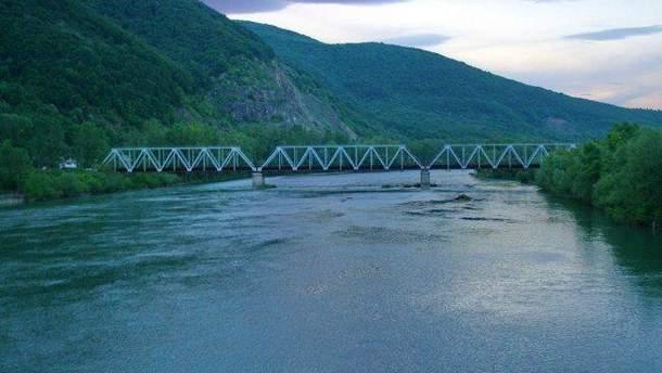 Двое детей мигрантов упали в реку при попытке пересечь границу: проводятся поиски